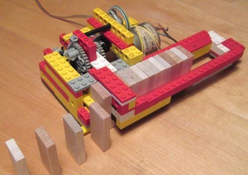 Lego stroj za slaganje domina